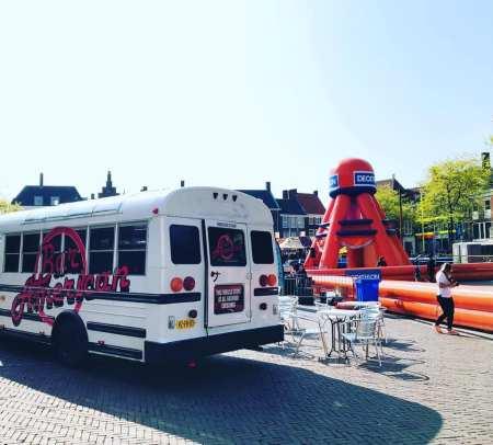 Amerikaanse schoolbus als foodtruck op festivals.